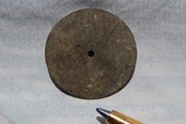 小さい物=ミサイルの圧力スイッチ板ミサイル攻 撃が実行された此処は戦場だった事が解る物です。